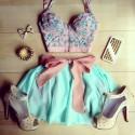 Цветни комбинации от дамски дрехи и обувки