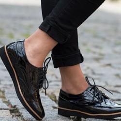 Черни лачени обувки