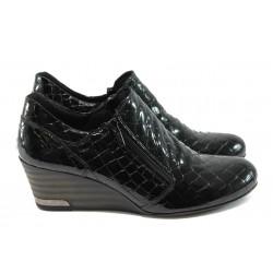 "Дамски обувки на платформа от естествена ""кроко"" лак-кожа МИ 300-847 черни"