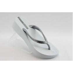 Дамски чехли на ниска платформа Ipanema 81256 бели