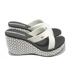 Дамски чехли на платформа Ipanema 81570 черно-бели