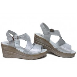 Дамски сандали от естествена кожа, анатомични, закопчаване катарама, леки, платформа / НЛМ 310-96145 бял сатен / MES.BG