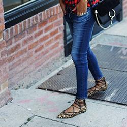 Комбиниране на дънки и ежедневни обувки