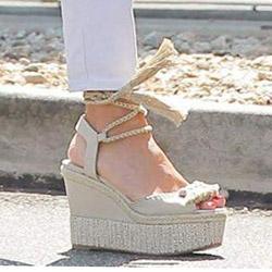 Единственият модел обувки, от които се нуждаете за лятото – платформи с връзки!