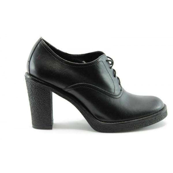 Затворени дамски обувки ГО 4393Ч